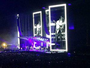 Die Rolling Stones in Hamburg: Endlose Weiten vor der Bühne: Mick kann noch weiter.